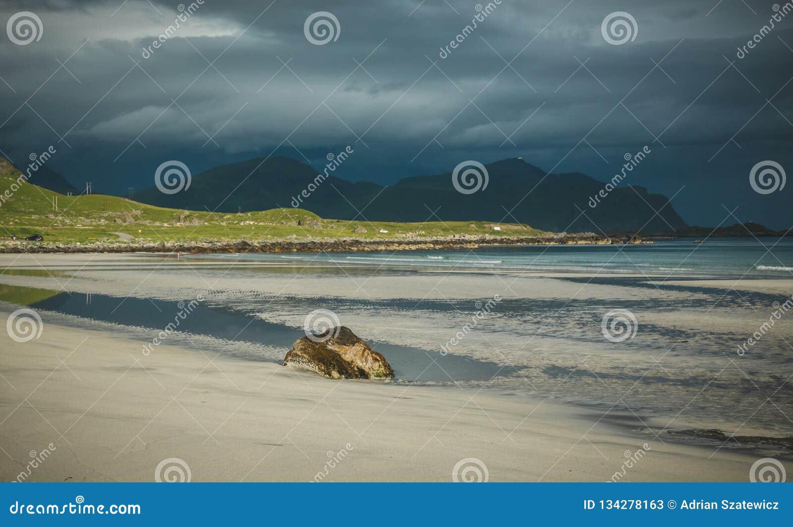 Praia bonita Skagsanden em Flakstad, ilhas de Lofoten em Noruega nas horas de verão