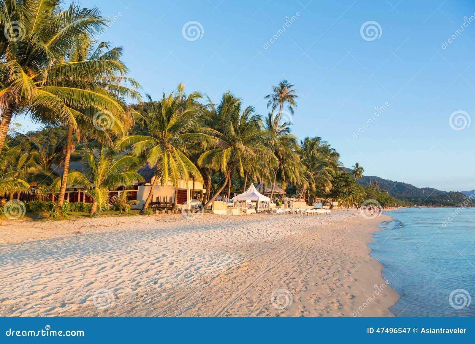 Praia branca da areia em Koh Chang