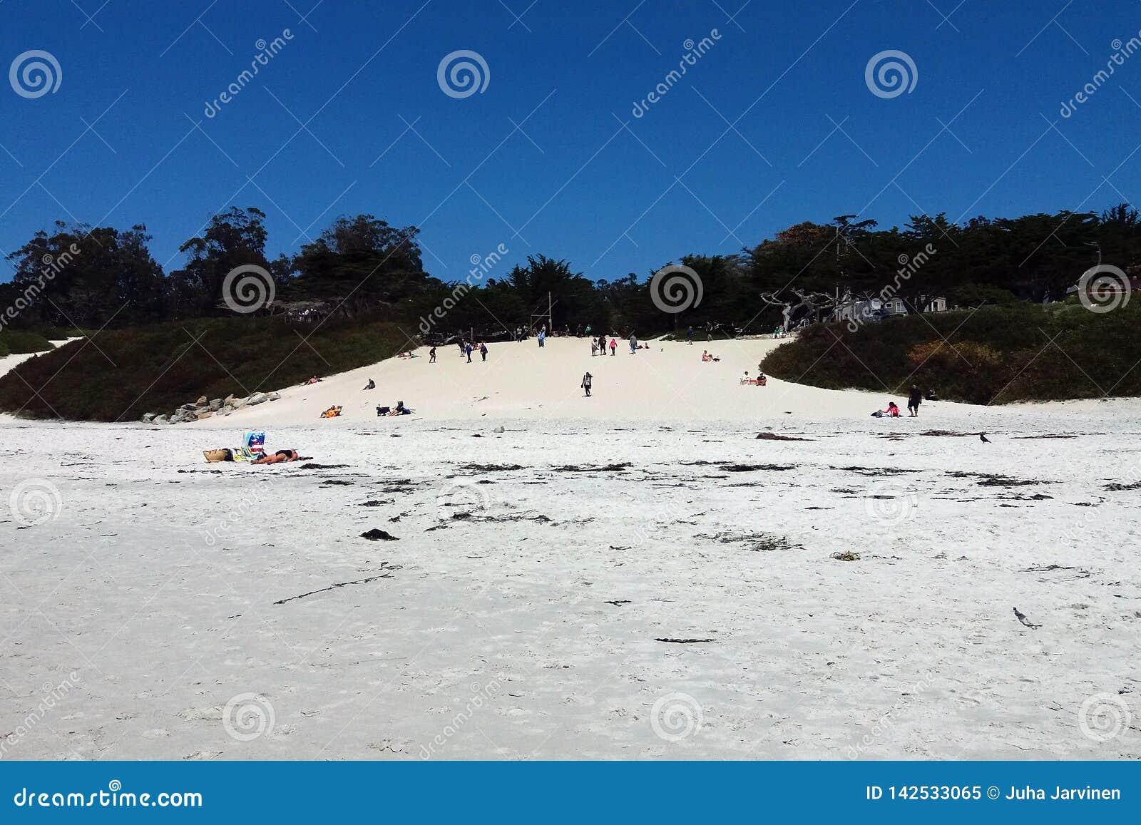 Praia branca de Carmel da areia