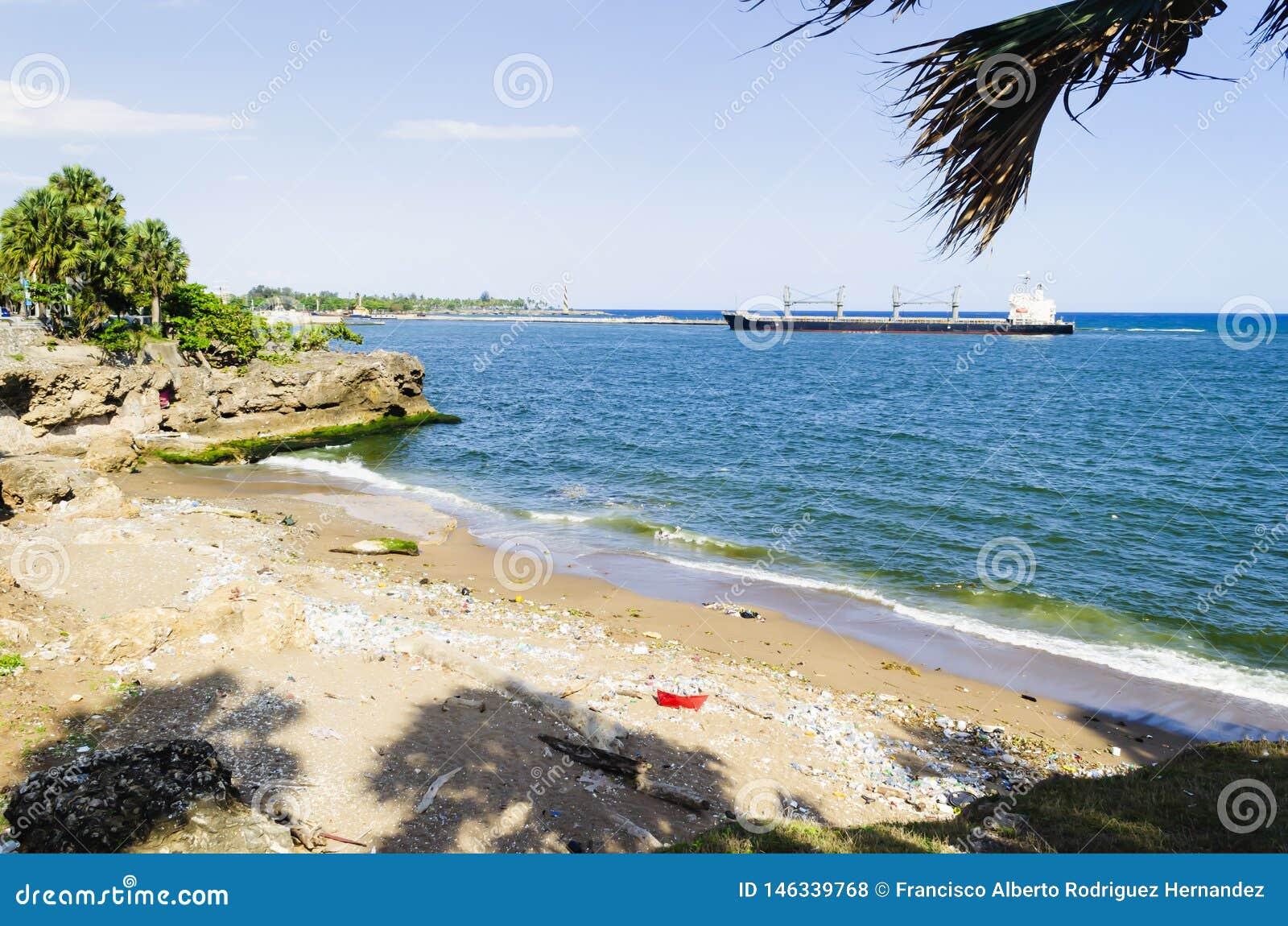 Praia contaminada pelo lixo, pelos pl?sticos e pelas ?guas residuais na cidade de Santo Domingo, Rep?blica Dominicana, onde a cor