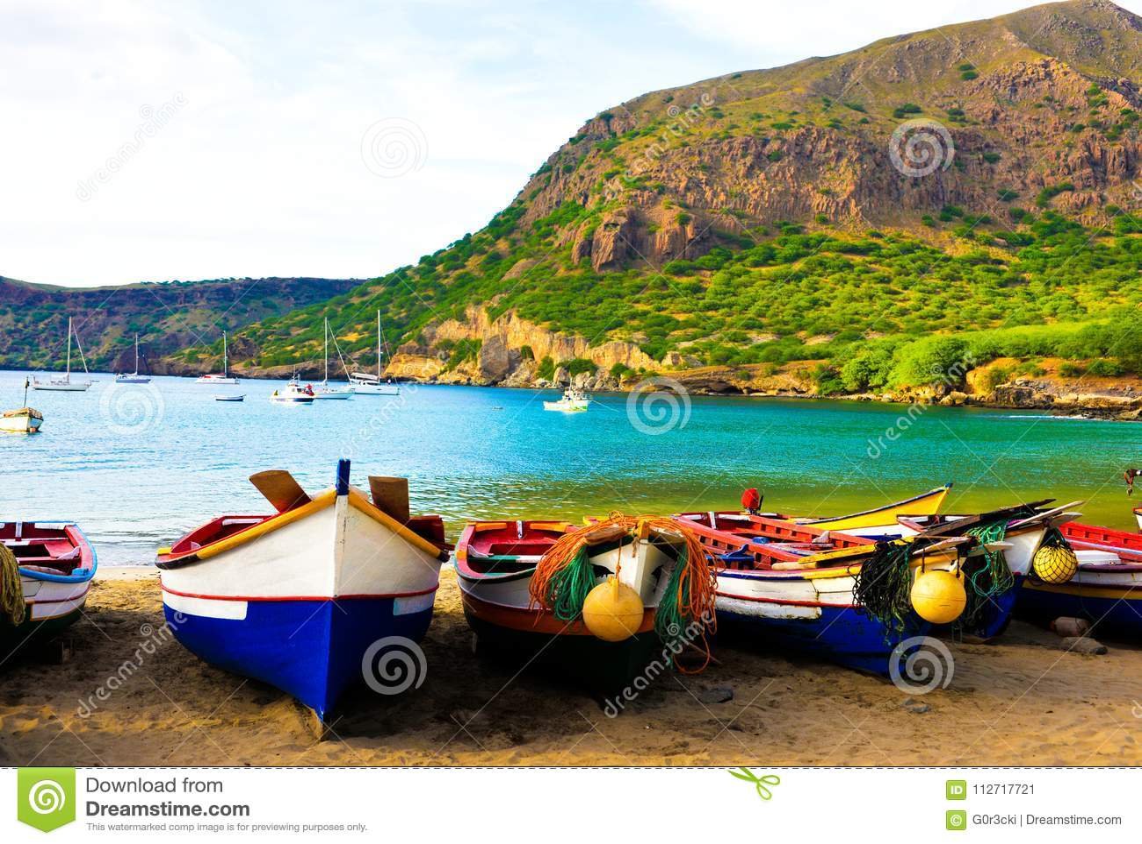 Praia da angra de Cabo Verde, Santiago Island, barcos de pesca coloridos em Tarrafal