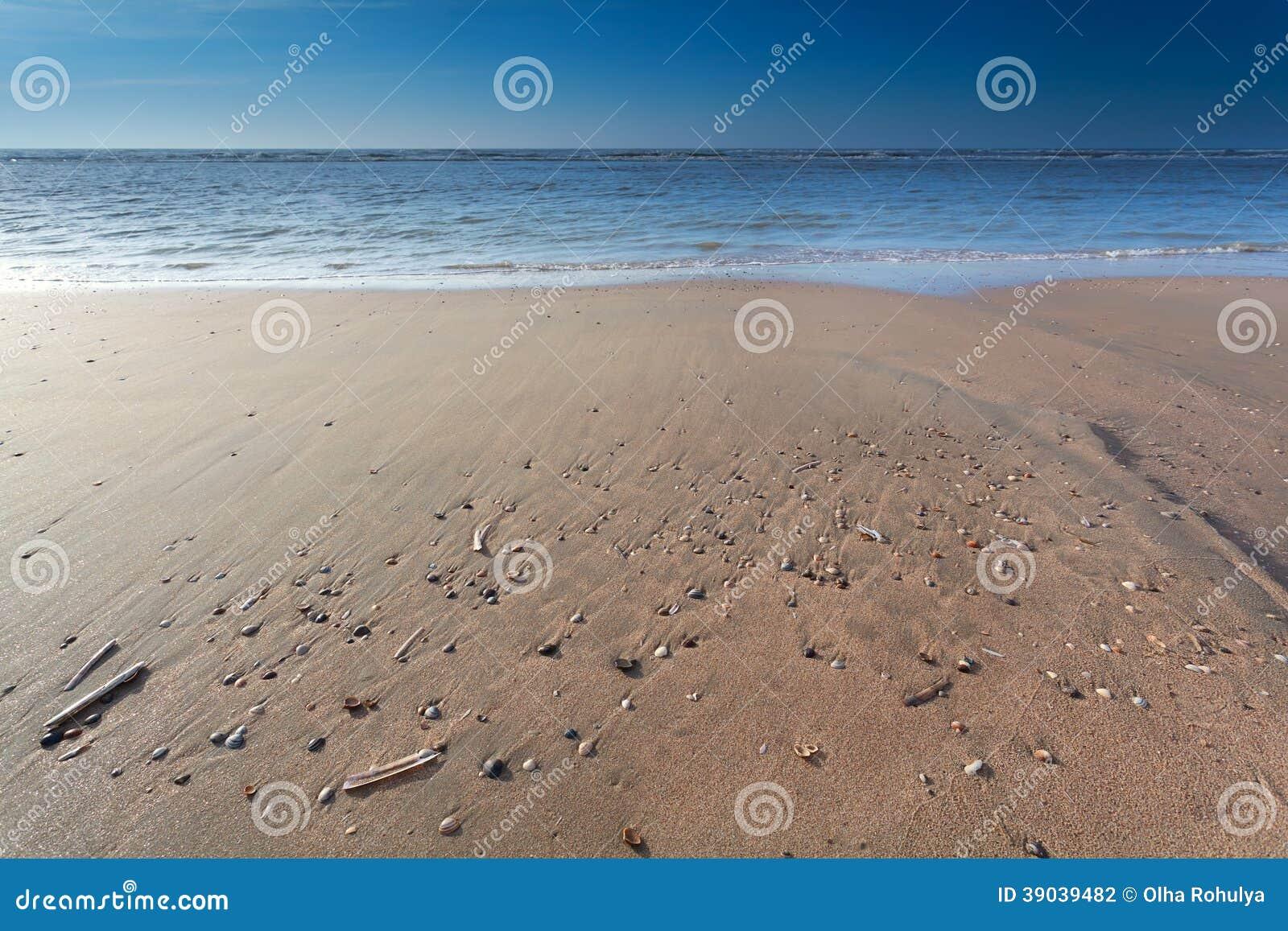 Praia da areia no Mar do Norte na maré baixa