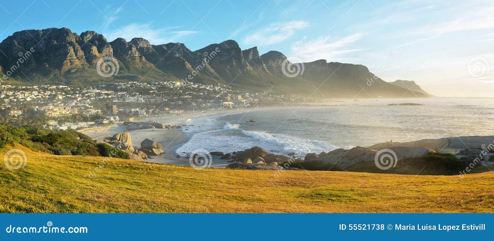 Praia da baía dos acampamentos em Cape Town, África do Sul