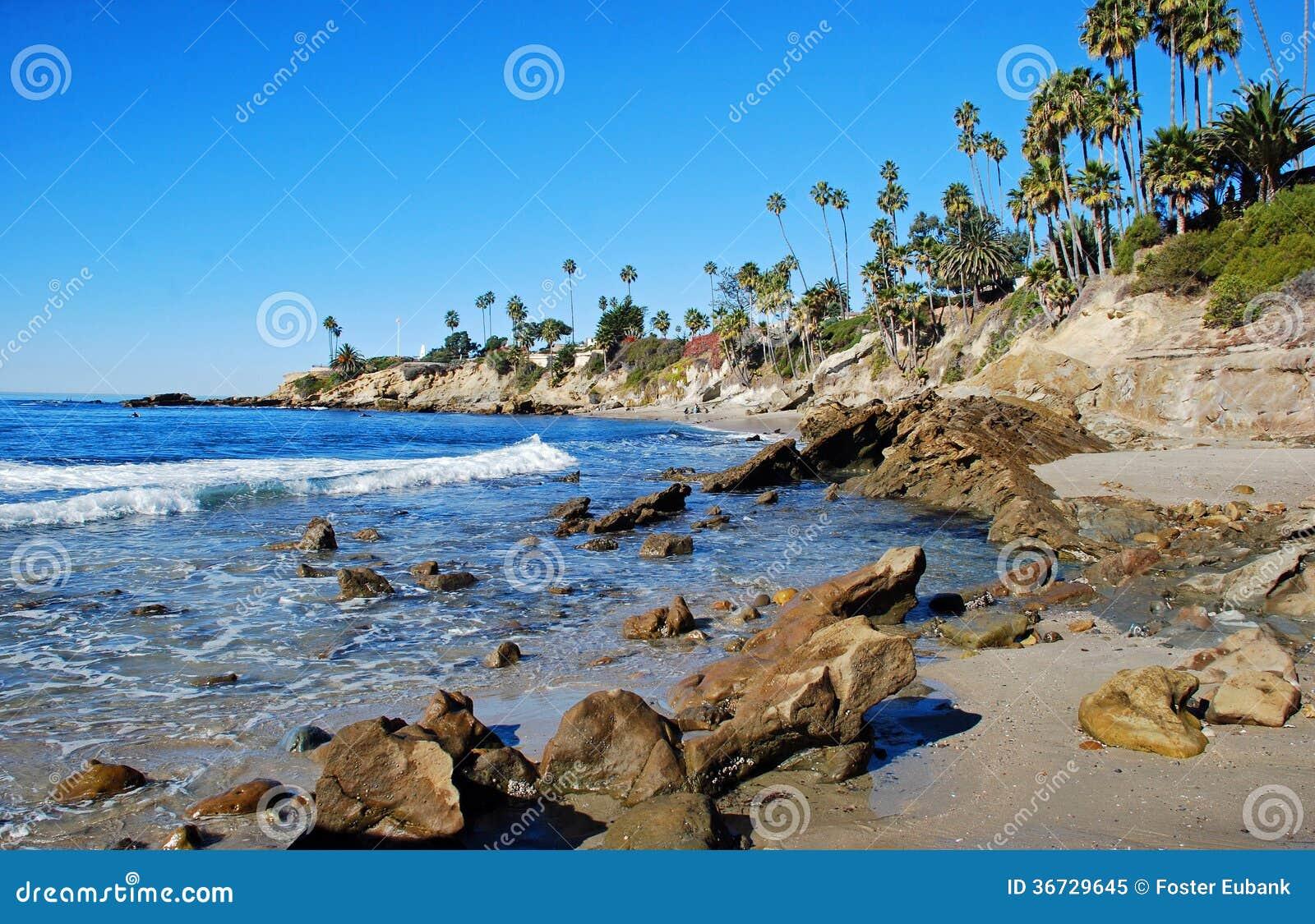 Praia da pilha da rocha abaixo do parque de Heisler, Laguna Beach,