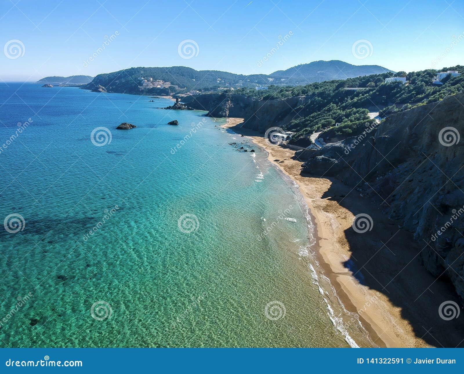 Praia de Blancas das águas situada na costa leste da ilha de Ibiza, Espanha