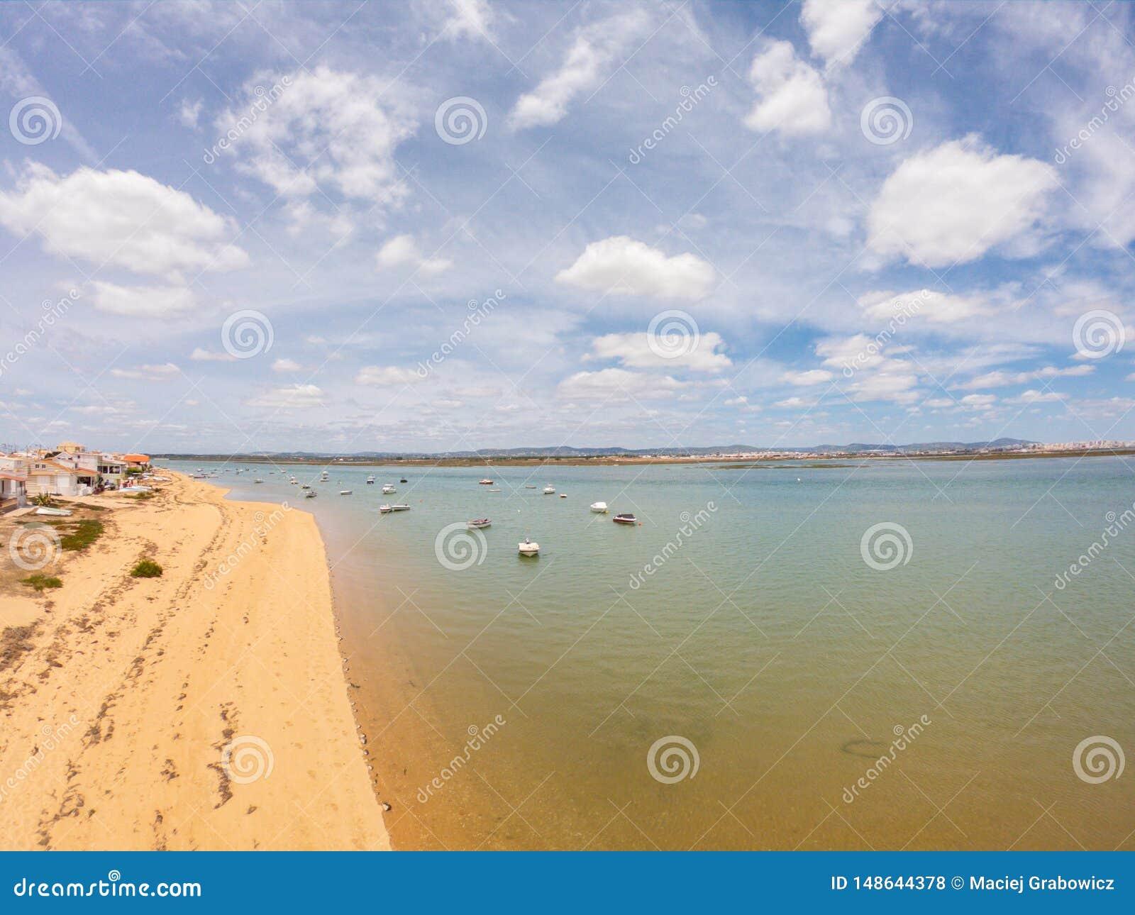 Praia De Faro, Algarve, Portugalia Widok z lotu ptaka na wybrze?u ocean i pla?a ?odzie na wodzie, trutnia widok