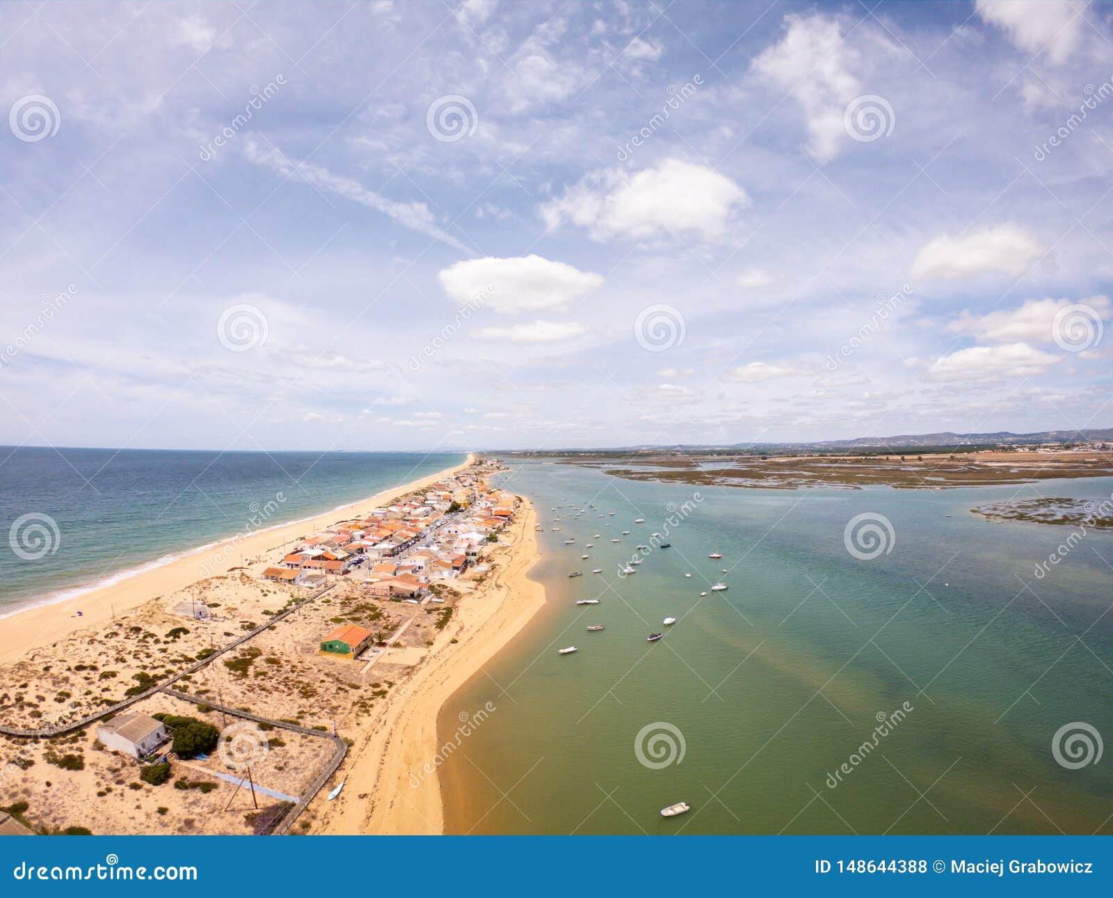Praia De Faro, o Algarve, Portugal Vista a?rea na costa do oceano e da praia Barcos na ?gua, opini?o do zang?o