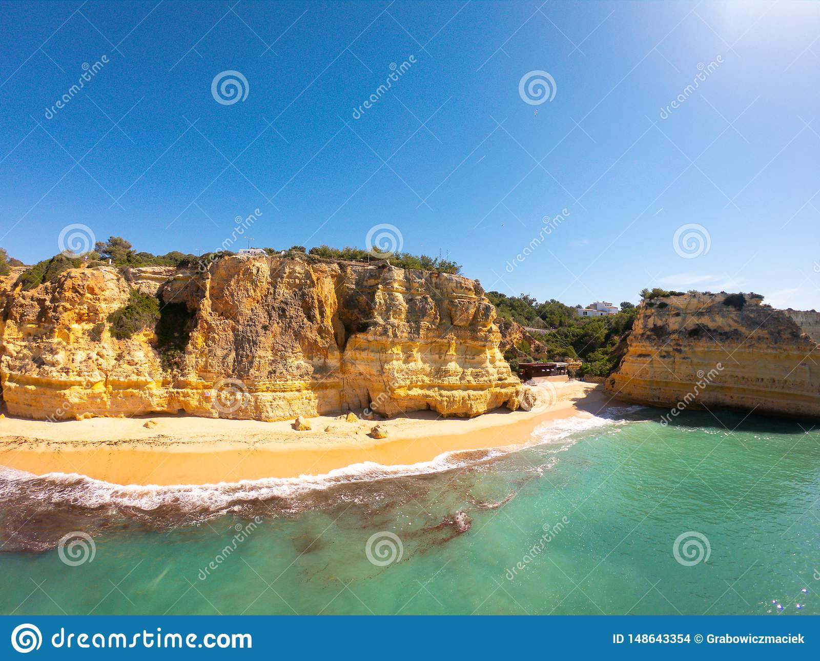 Praia De Marinha Najwi?cej pi?kna pla?a w Lagoa, Algarve Portugalia Widok z lotu ptaka na falezach i wybrze?u Atlantycki ocean
