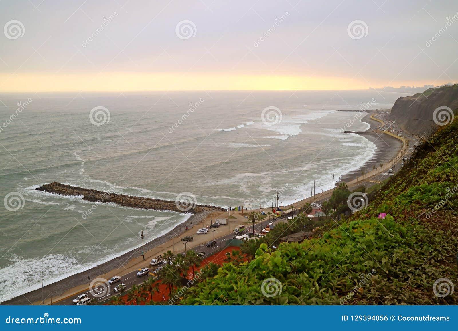 Praia de Miraflores no por do sol calmo na Costa do Pacífico, Lima, Peru o 18 de maio de 2018