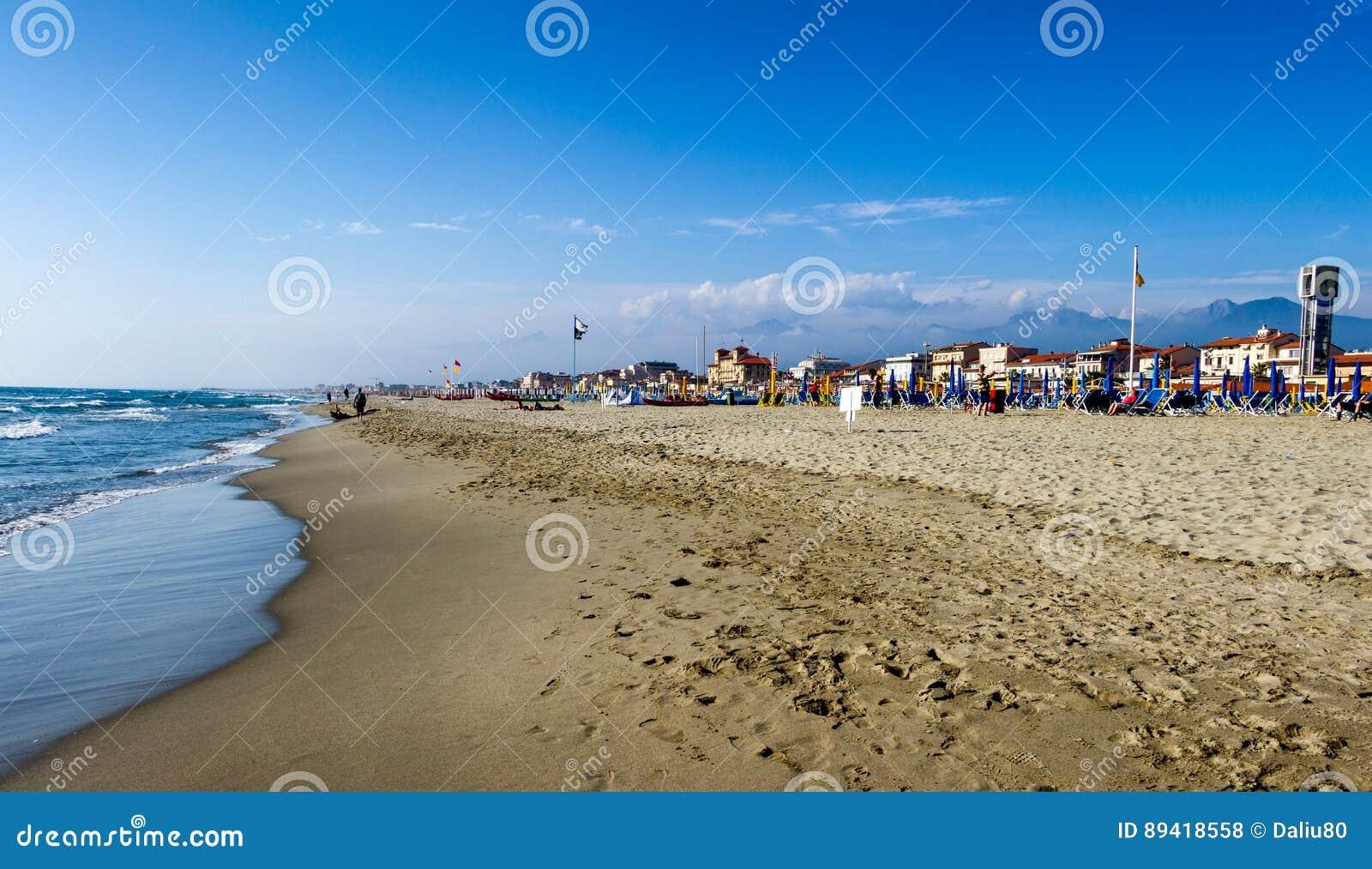 Praia de Viareggio com por do sol colorido dos guarda-chuvas Toscânia, Viareggio