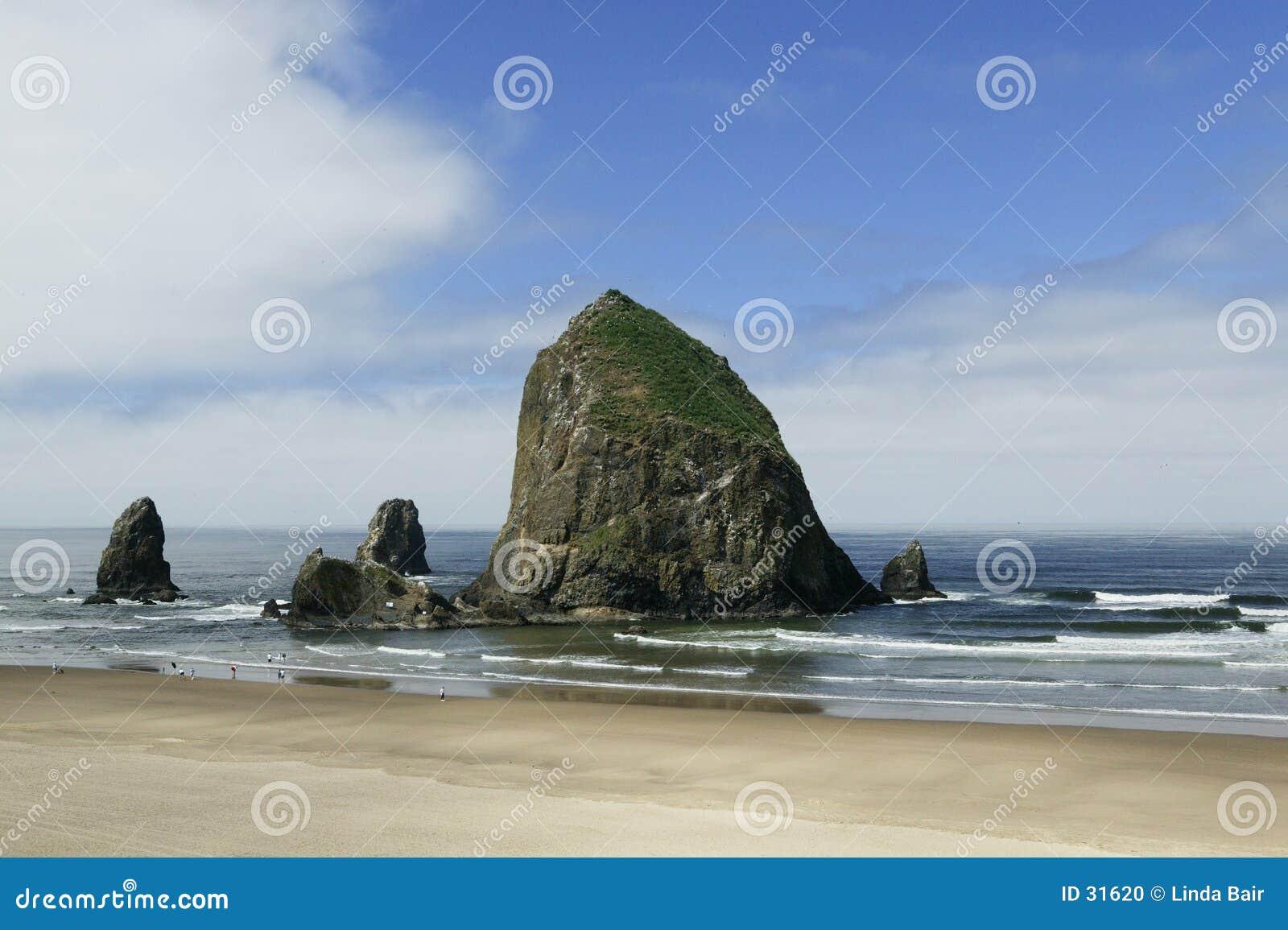 Praia do canhão, rocha do monte de feno, Oregon