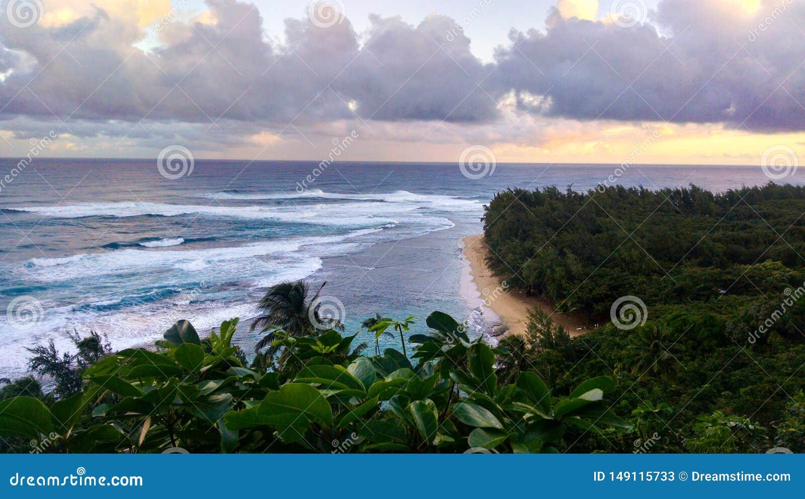 Praia do litoral do Na Pali em Kauai Hava?