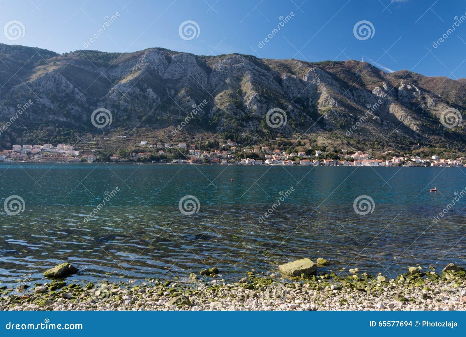 Praia do mar de adriático da baía de Kotor