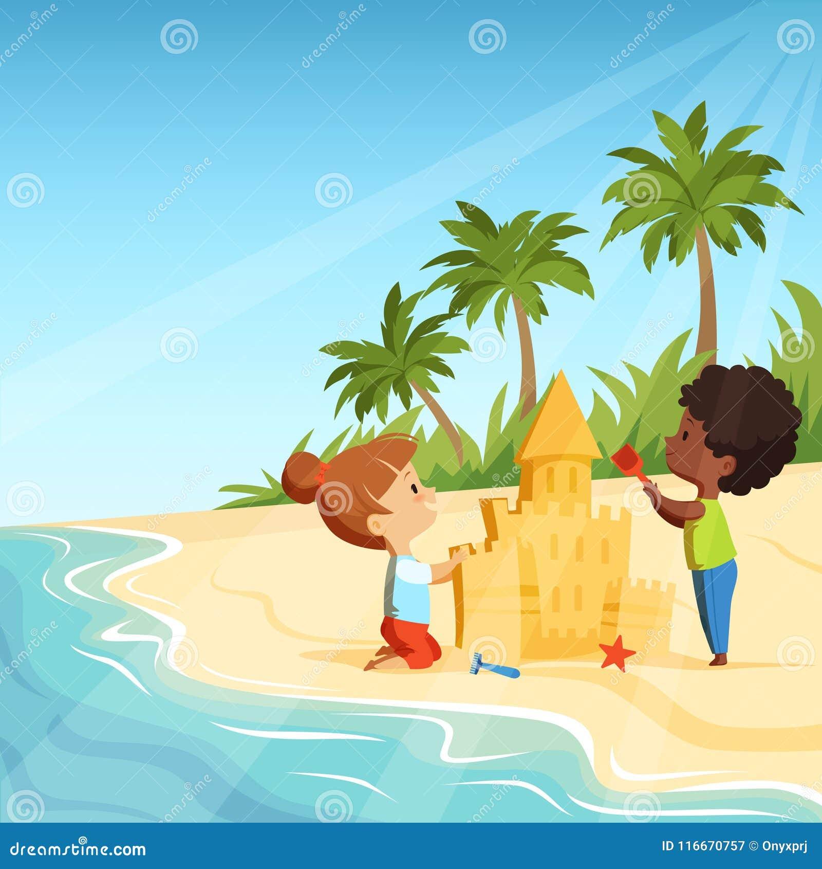 A praia do verão e as crianças felizes engraçadas que jogam com areia fortificam