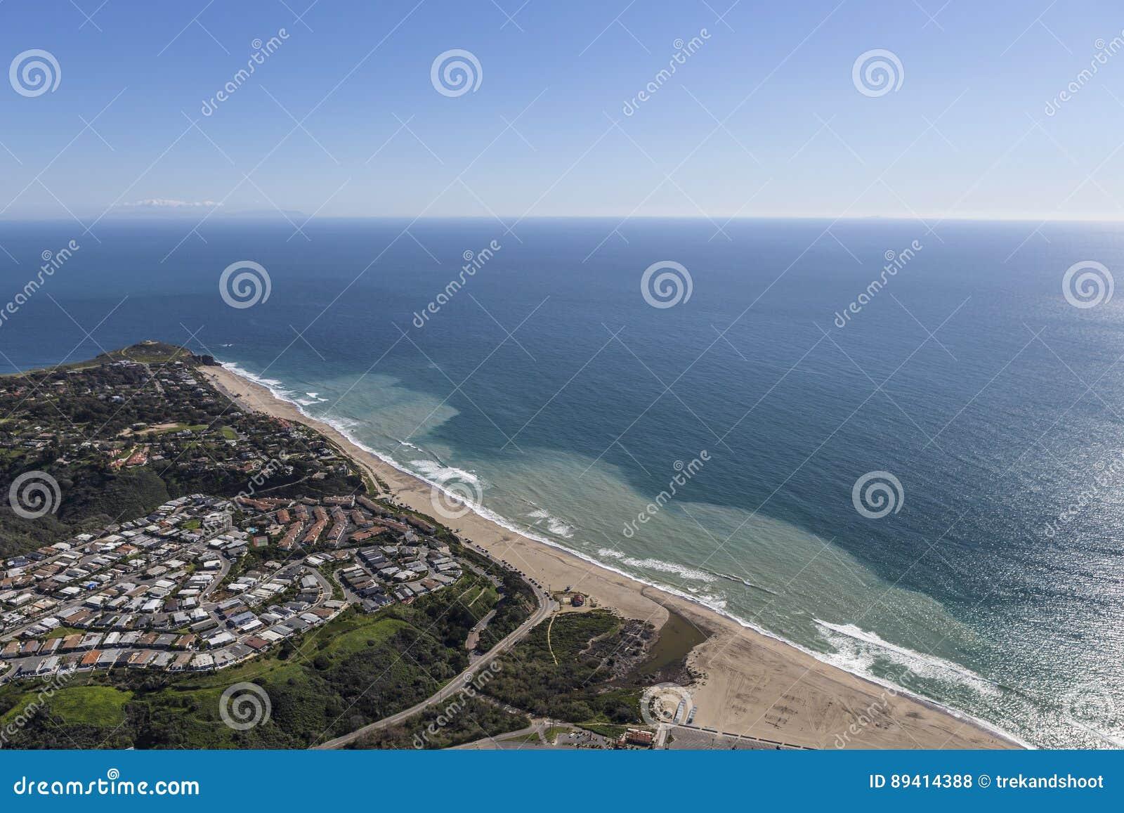 Praia e antena na direção ocidental de Dume do ponto em Malibu Califórnia
