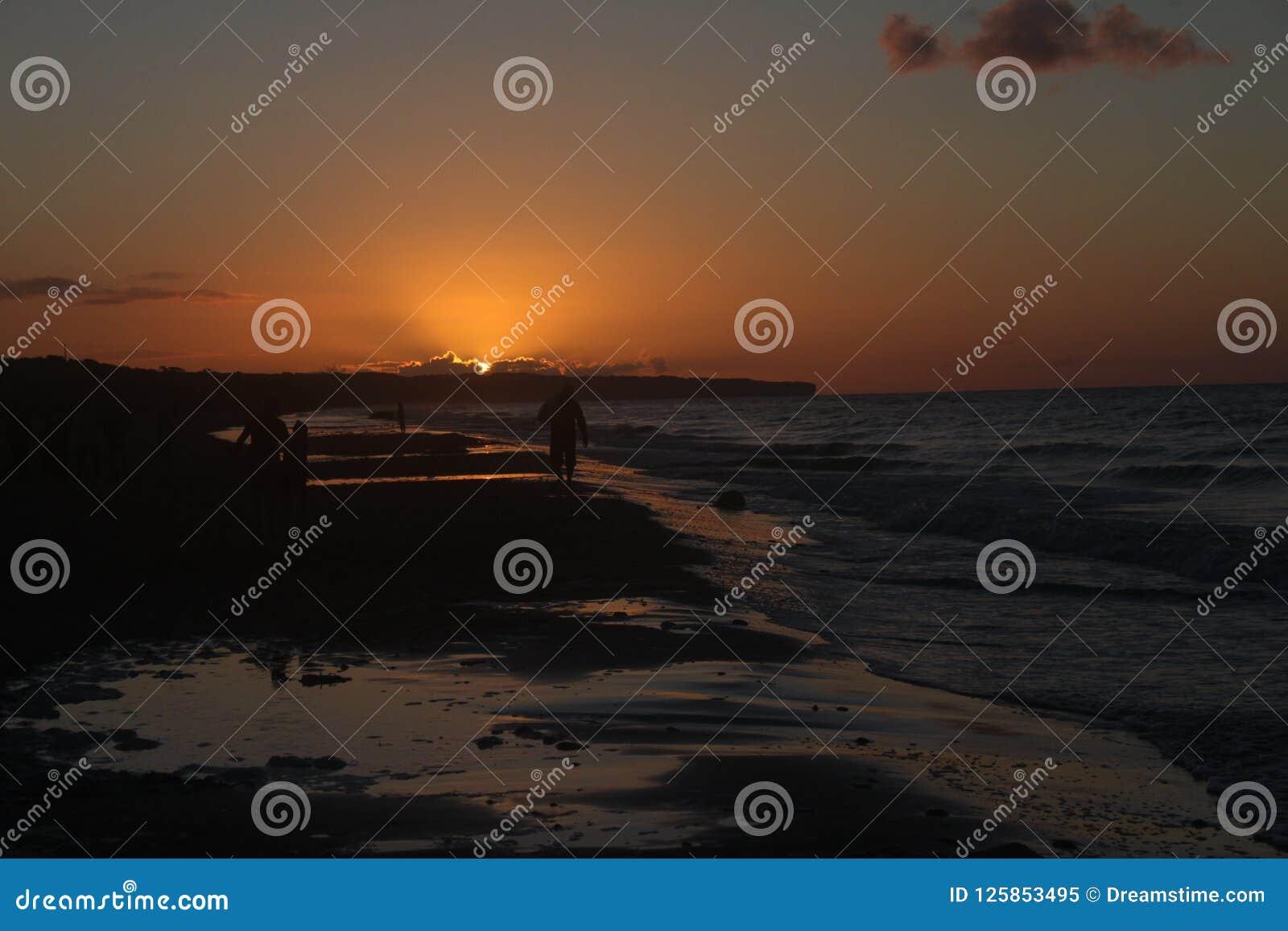 Praia e mar de Omaha com por do sol