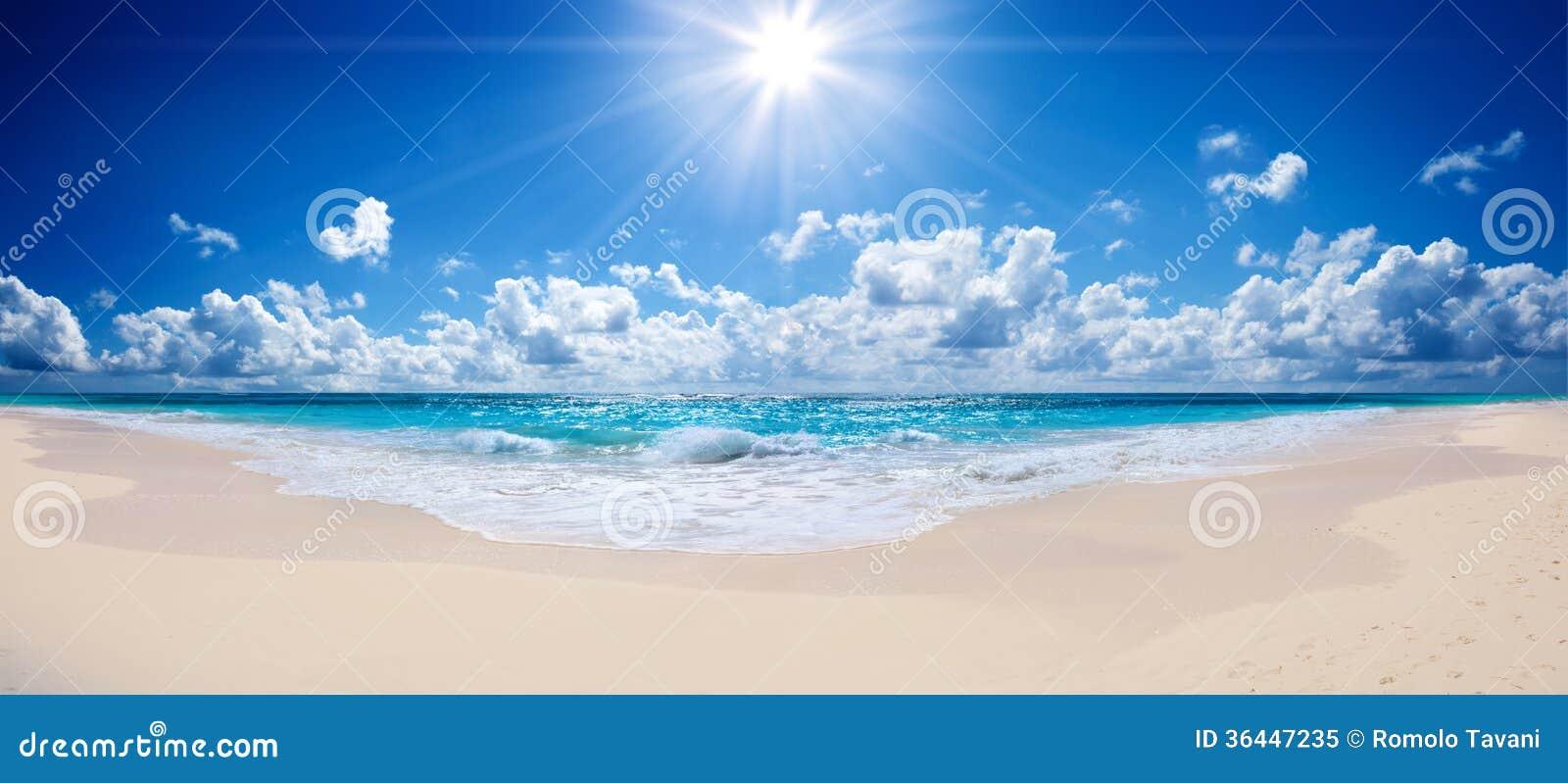 Praia e mar tropicais