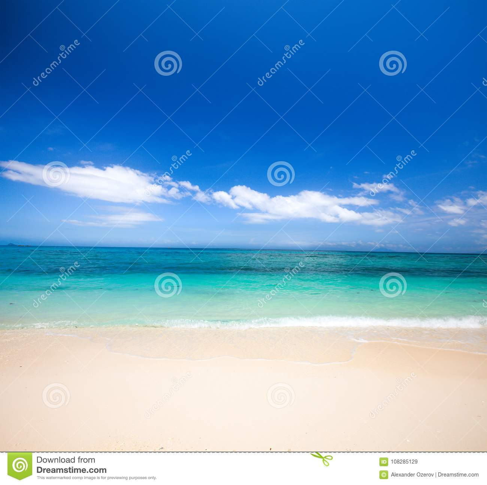 Praia e mar tropical bonito