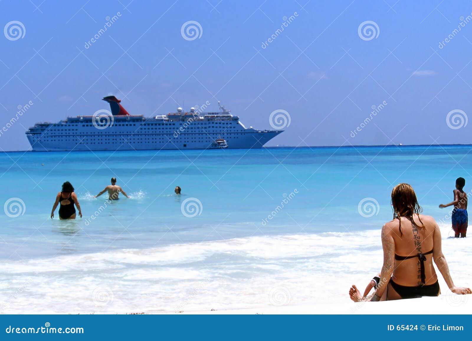Praia e navio de cruzeiros