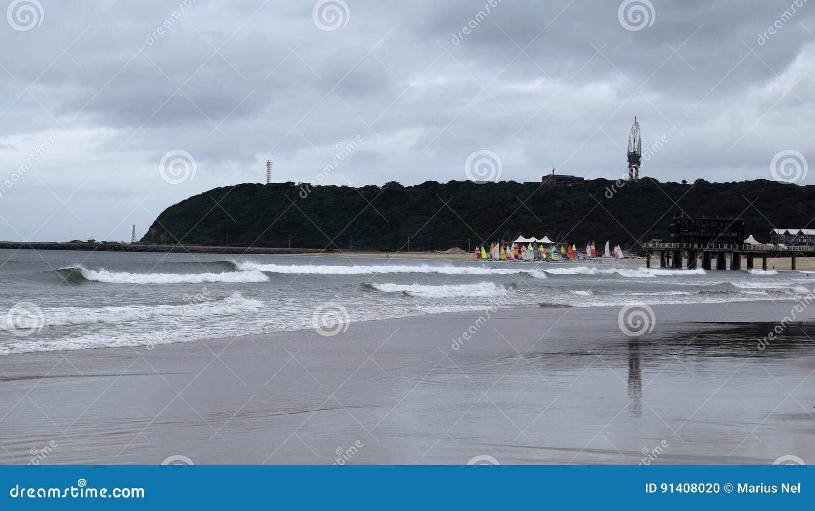 Praia e velas amarelas