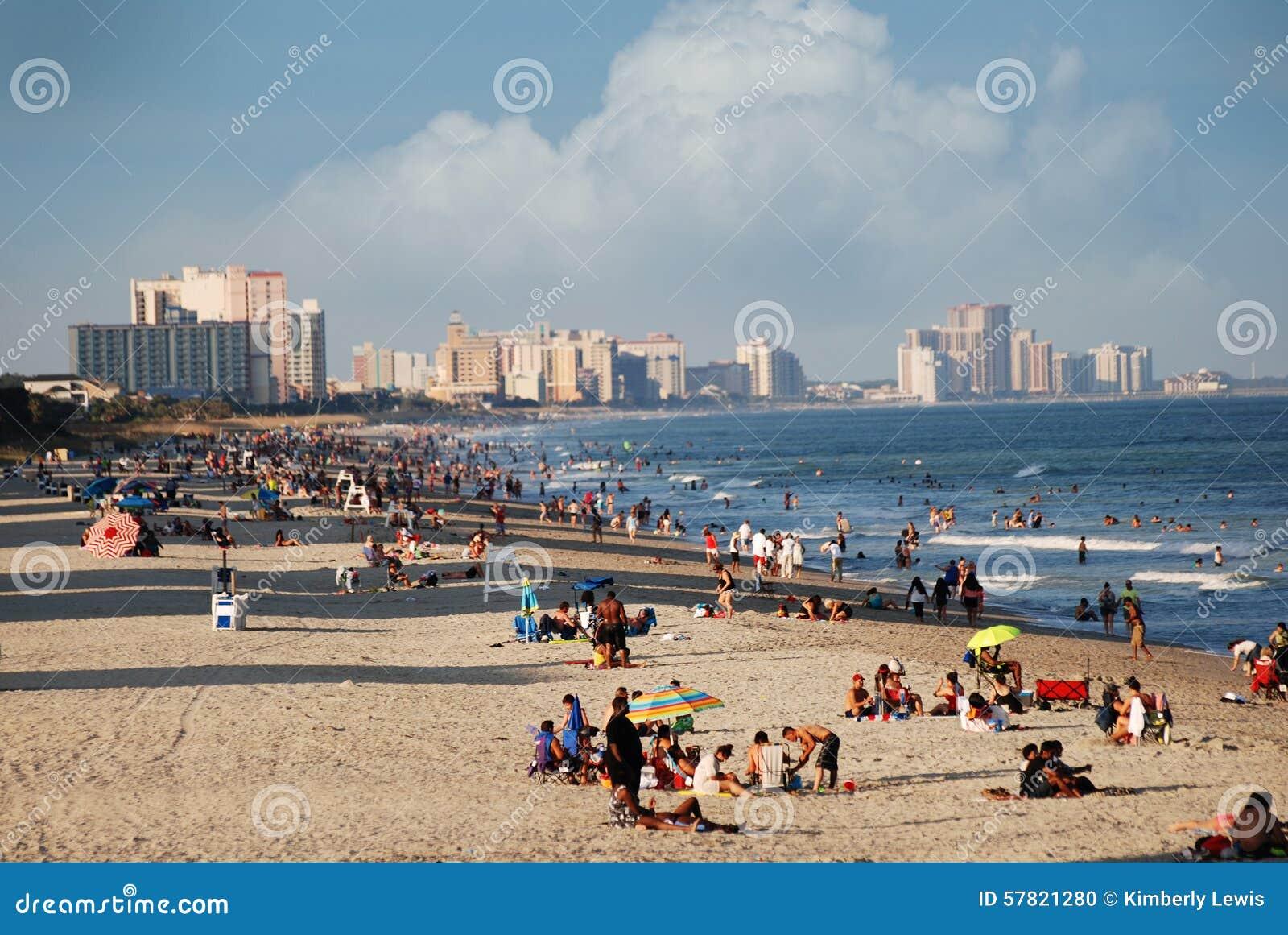A praia encheu-se com os povos em Myrtle Beach, South Carolina