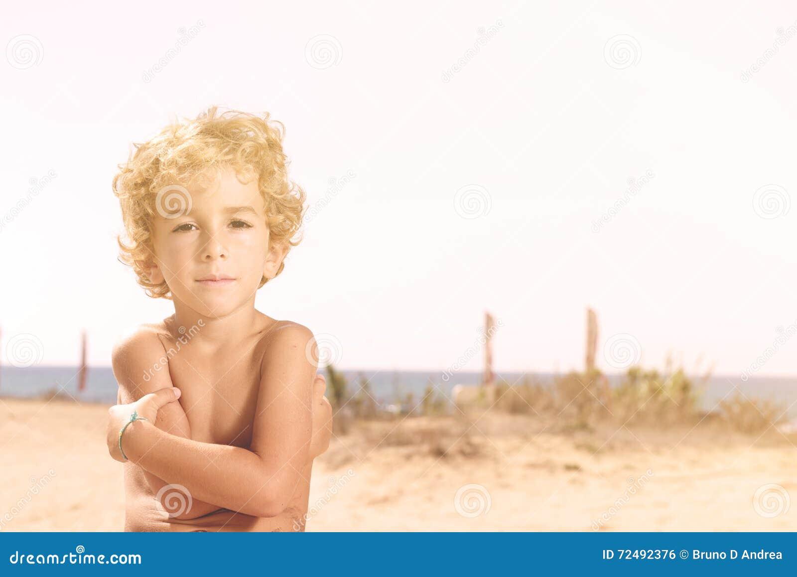 Praia ensolarada do ina considerável da câmera do lokkin do menino do preteen