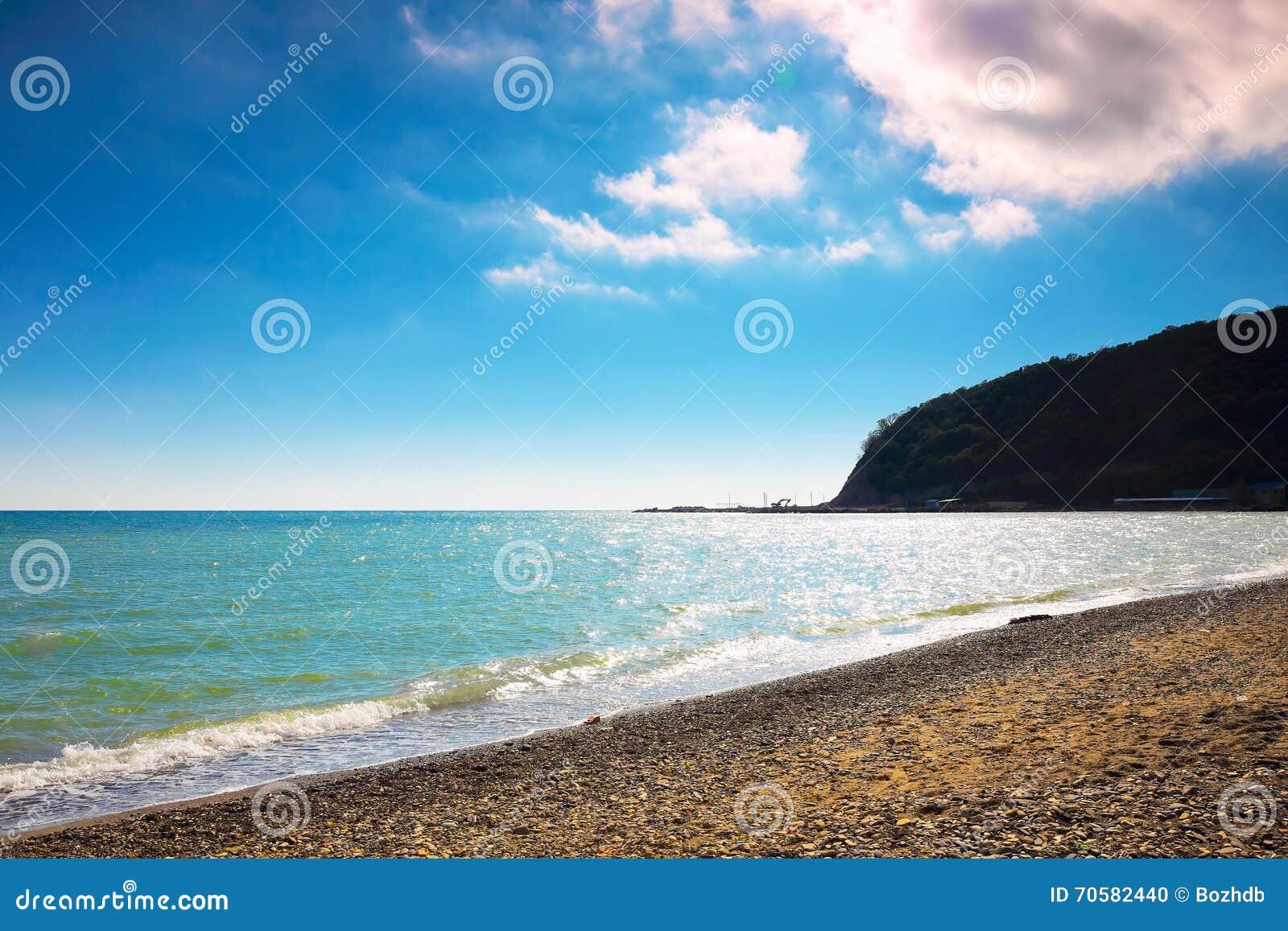 Praia ensolarada do Mar Negro, Rússia