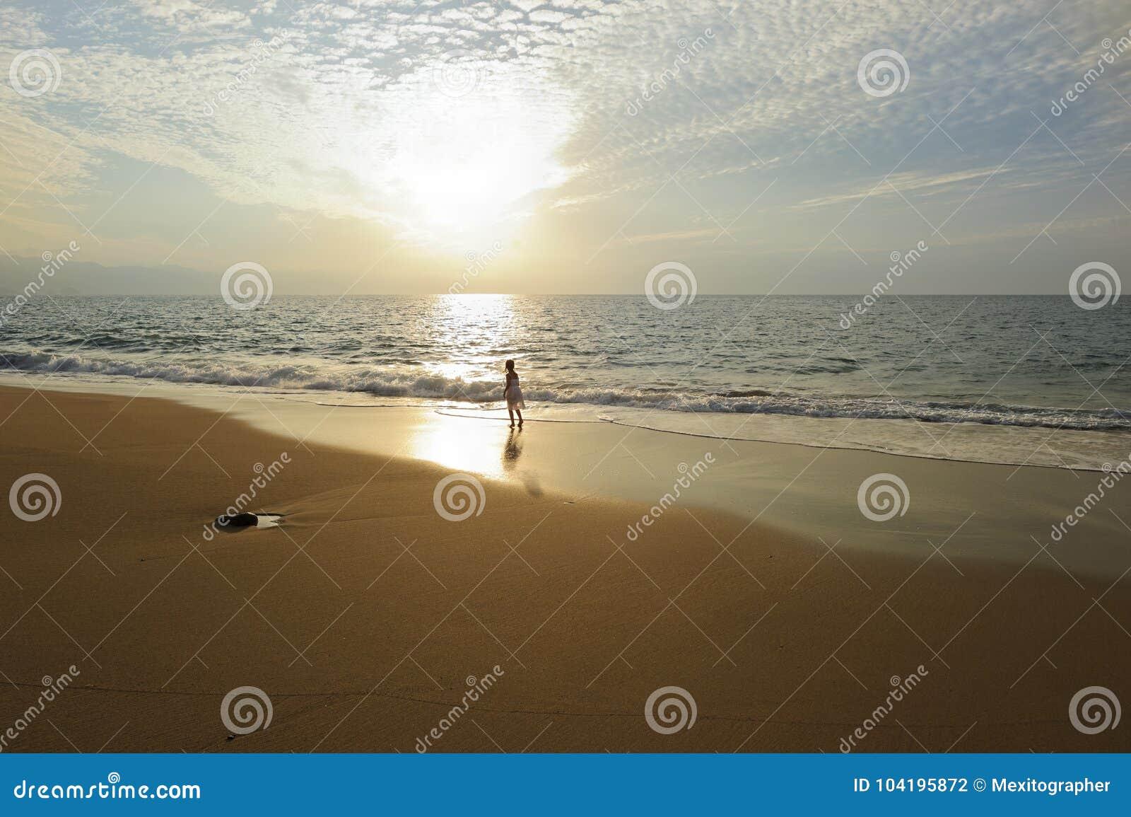 Praia espiritual do por do sol do oceano da menina da alma