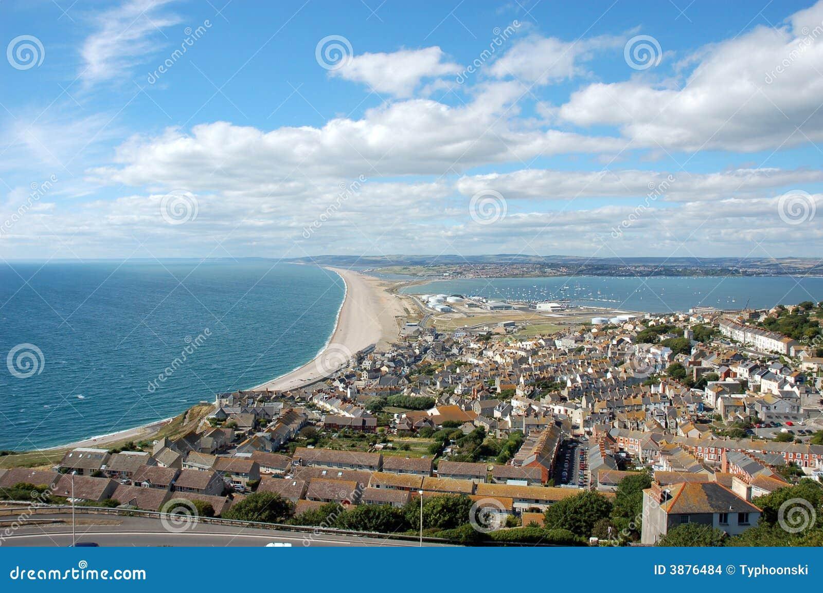 Praia famosa de Chesil perto de Portland, Inglaterra