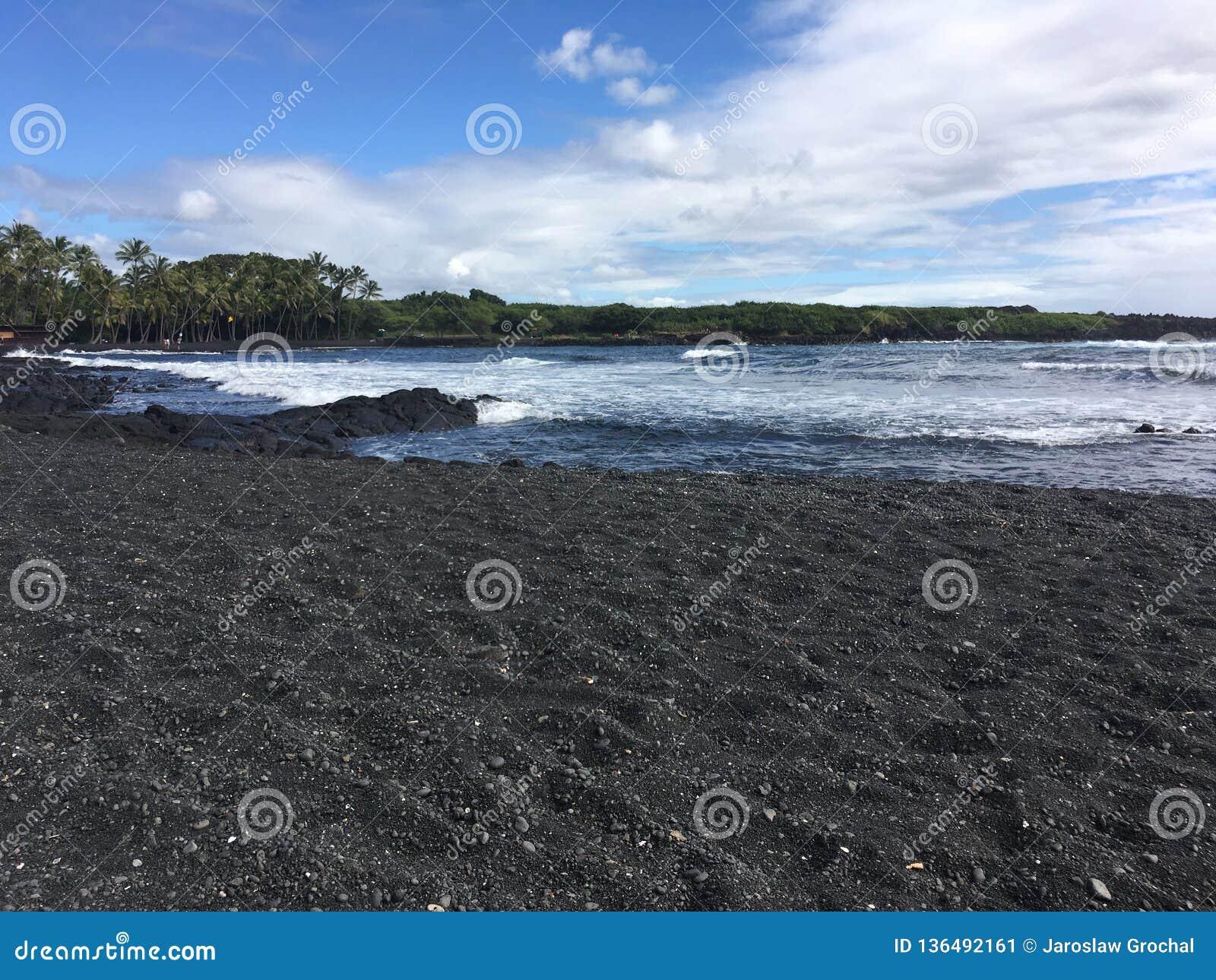Praia grande da areia do preto da ilha