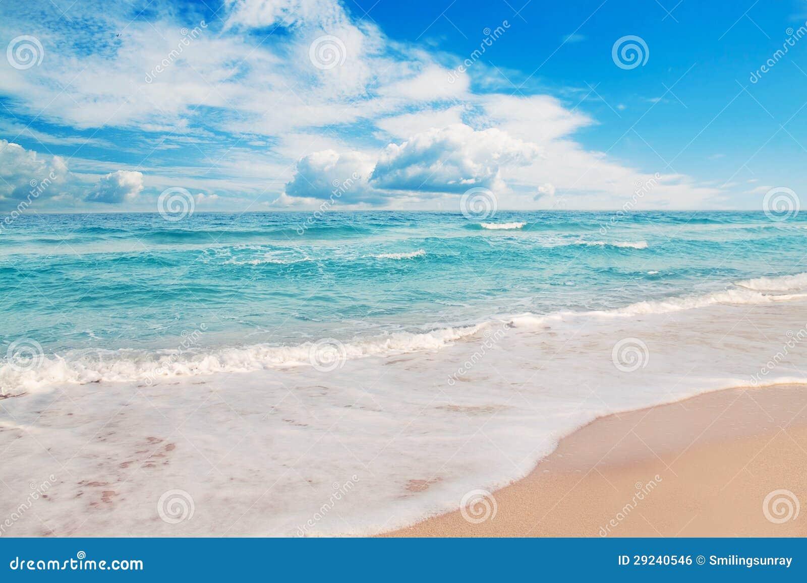 Download Praia idílico foto de stock. Imagem de cloudscape, idyllic - 29240546