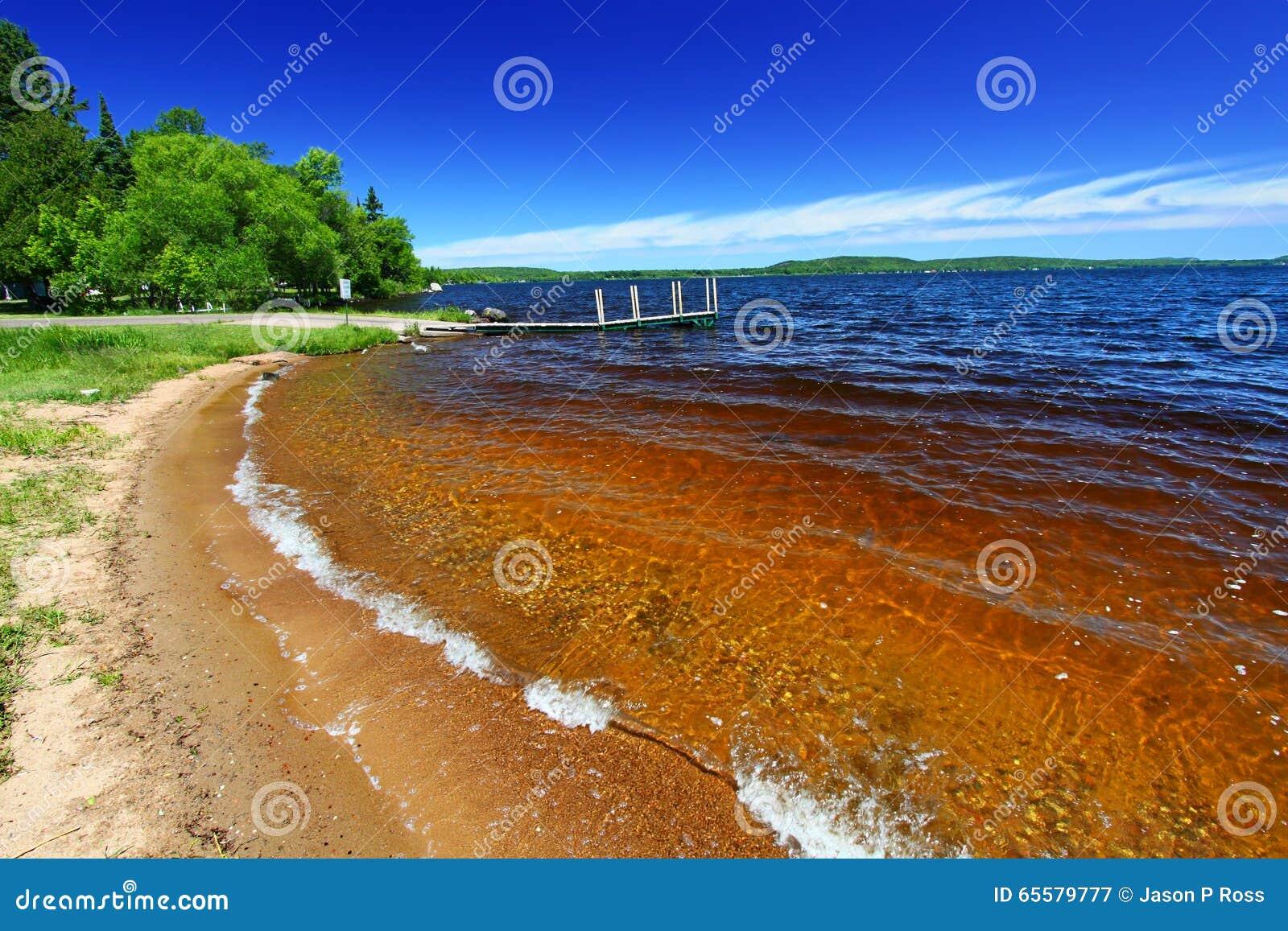 Praia Michigan de Gogebic do lago