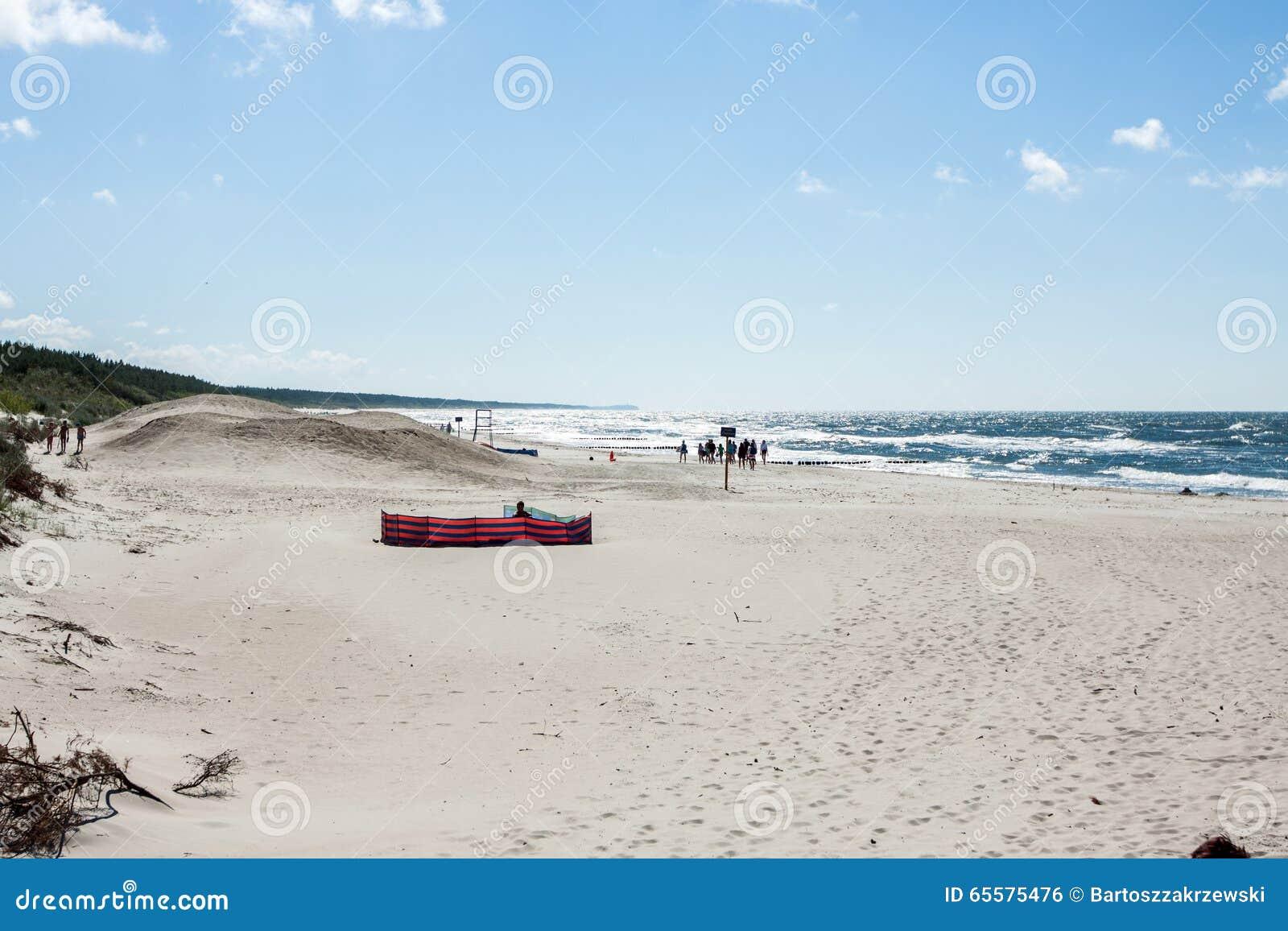 A praia na costa do mar Báltico