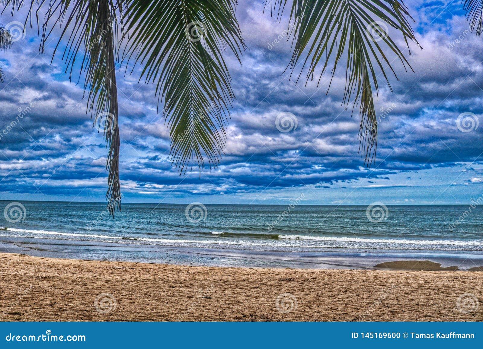 A praia natural da proibição Krut em Tailândia