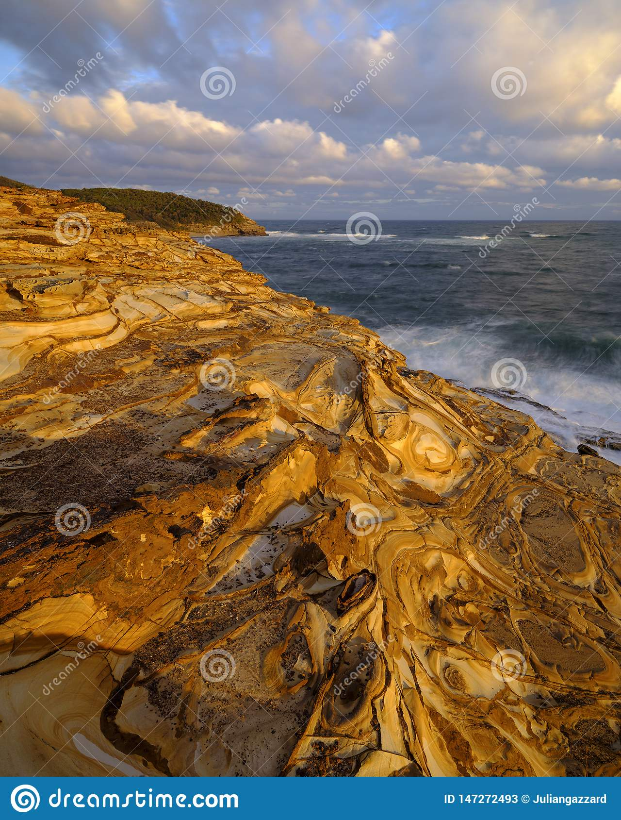 Praia no por do sol, parque nacional da massa de vidraceiro de Bouddi, costa central, NSW, Austr?lia