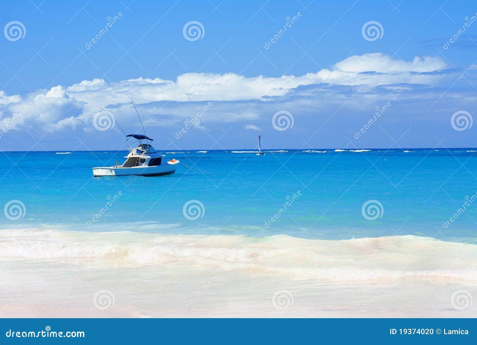 Praia, Oceano Atlântico e barco bonitos