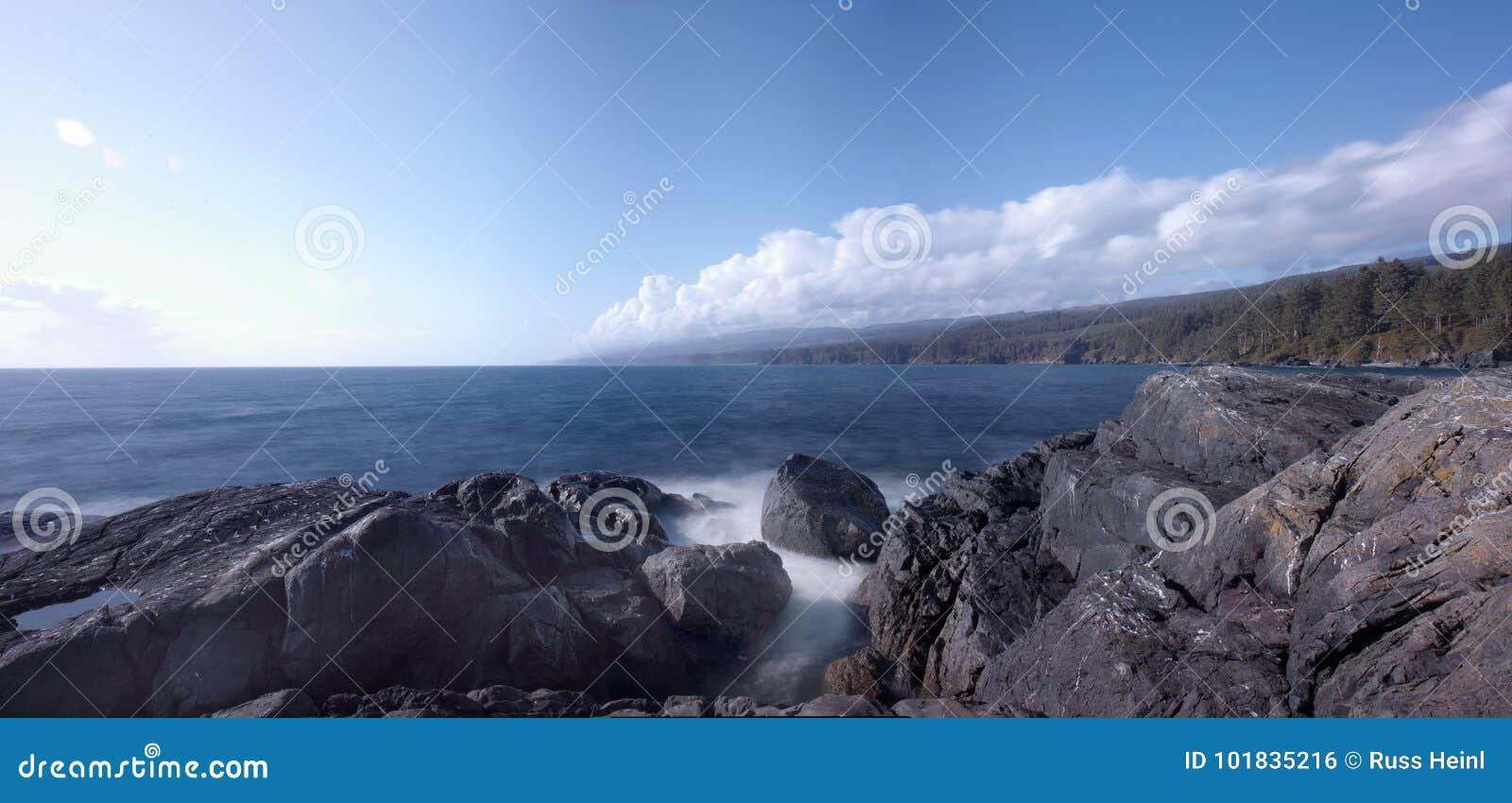 Praia rochosa na costa oeste do ` s de Canadá, Sooke, ilha de Vancôver, BC