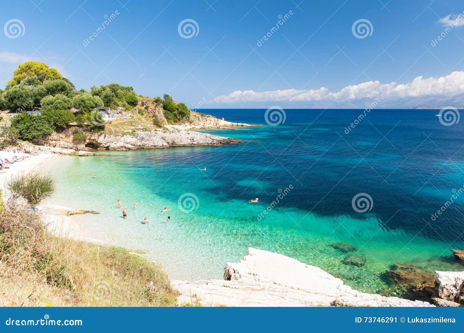 Praia surpreendente em Kassiopi na ilha de Corfu, Grécia