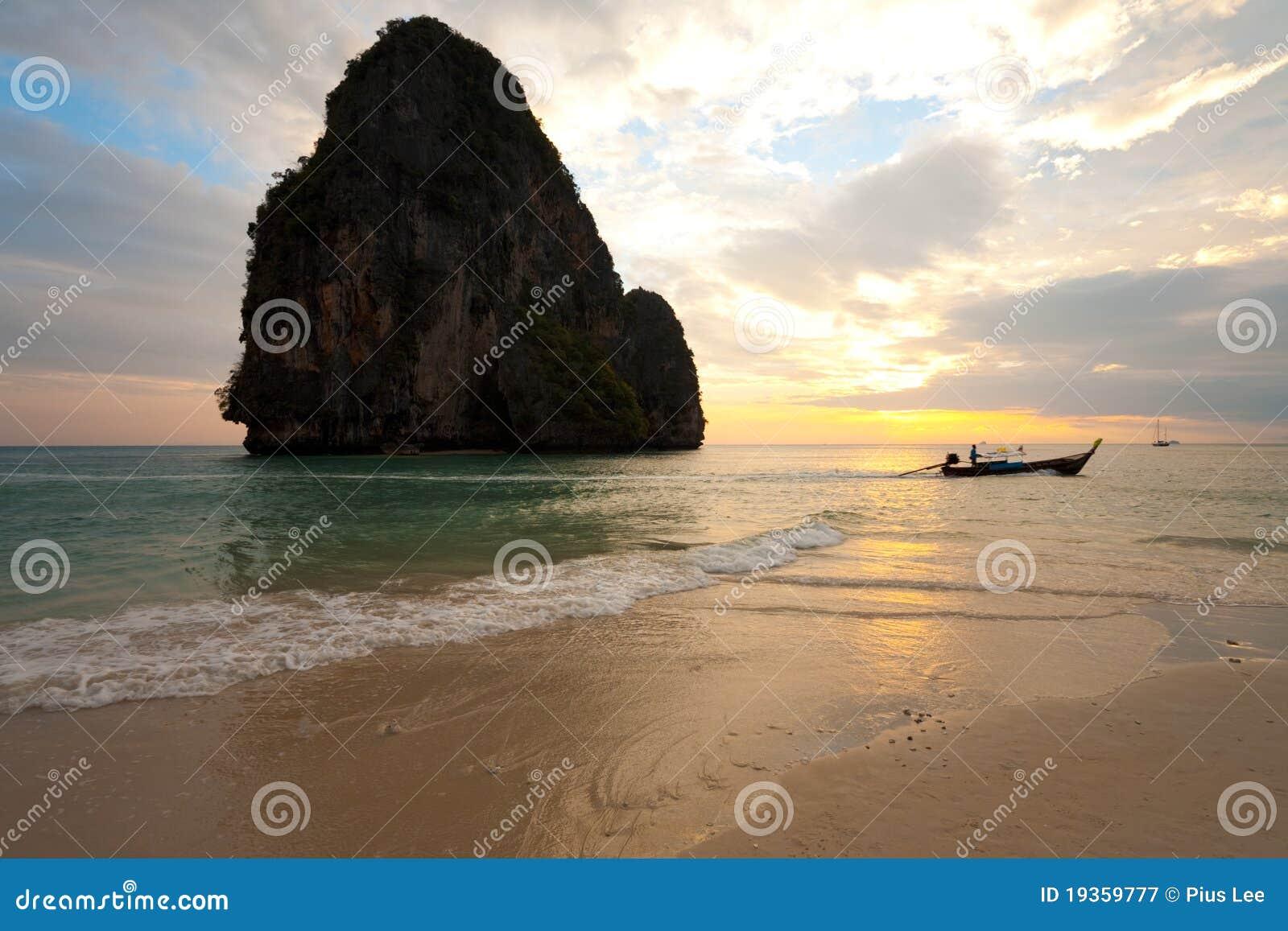 Praia Tailândia de Railay do barco do por do sol horizontal