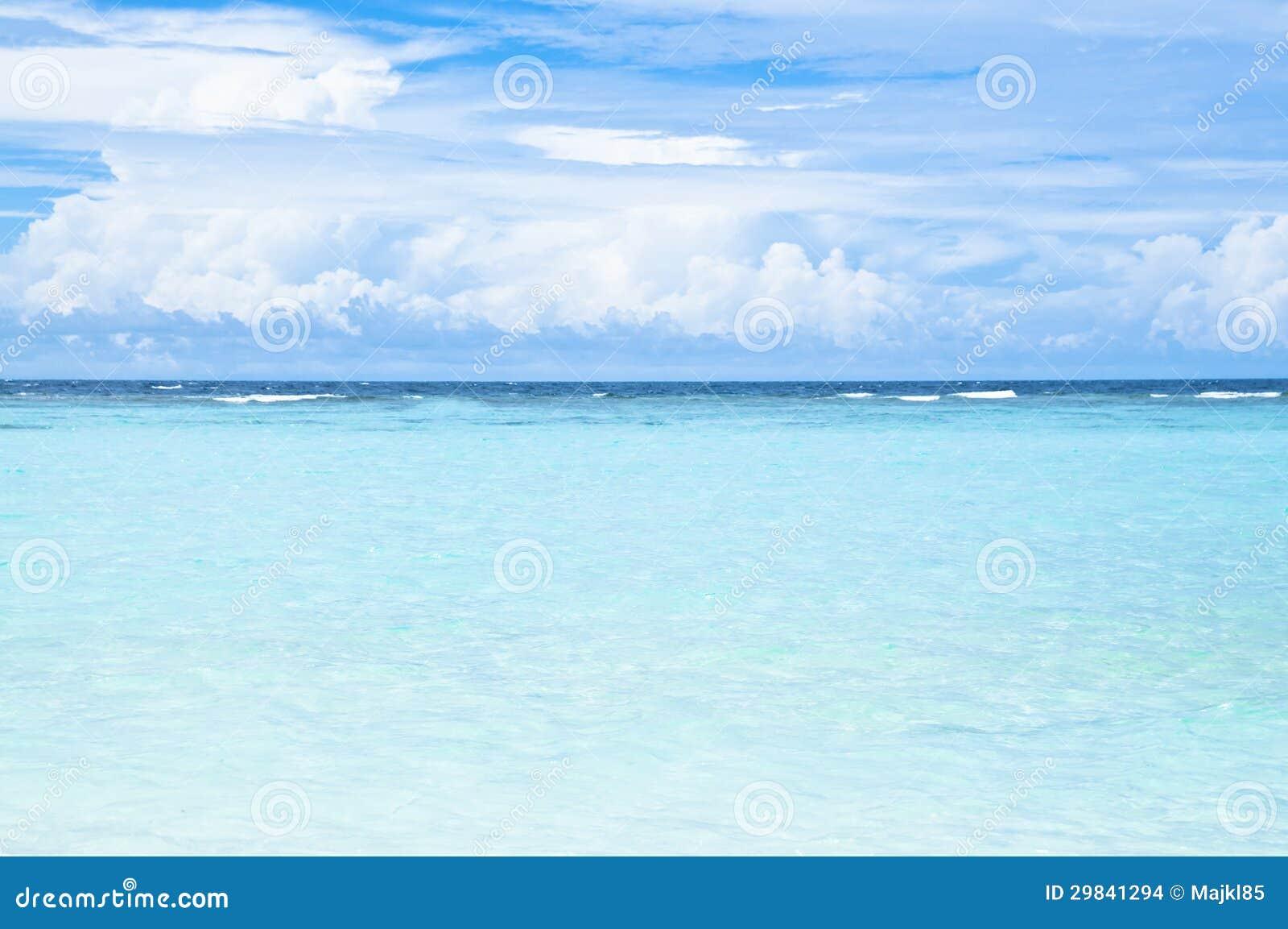 Praia tropical com água do oceano de turquesa