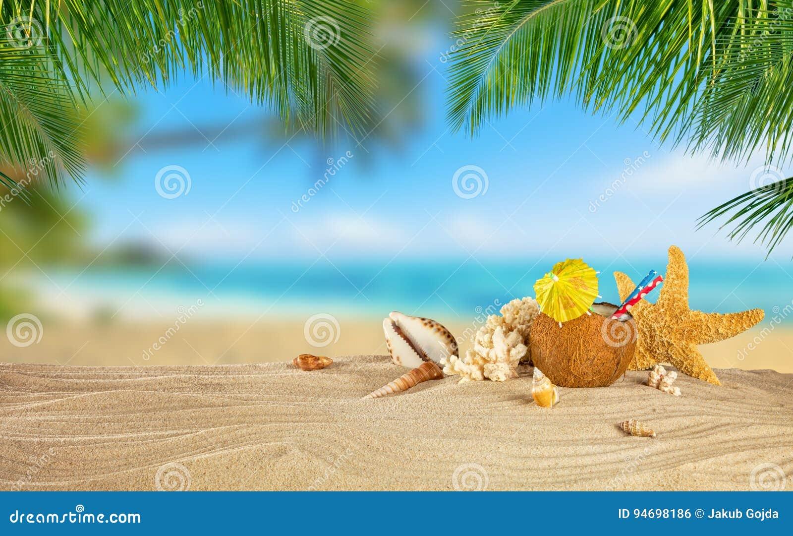 Praia tropical com bebida do coco na areia, backgr das férias de verão