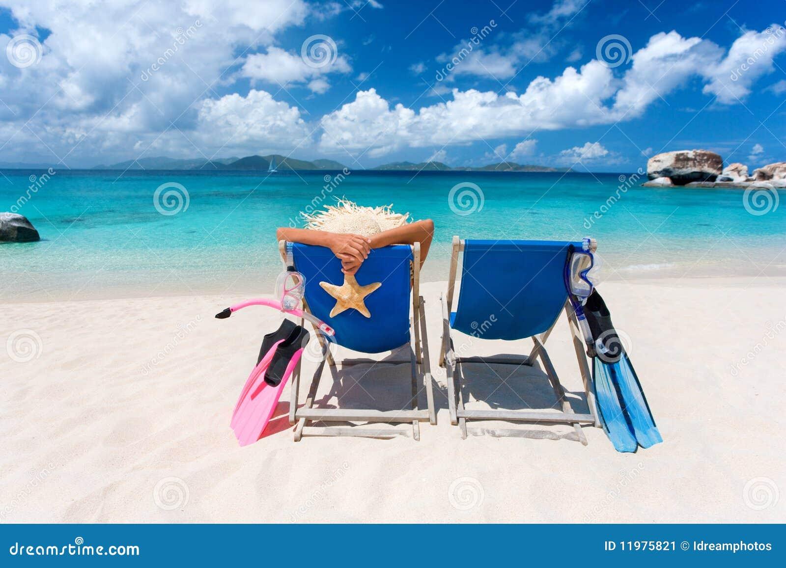 Praia tropical de dois pares das cadeiras