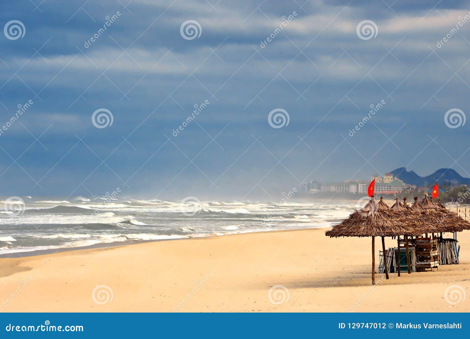 Praia vazia do Da Nang em Vietname