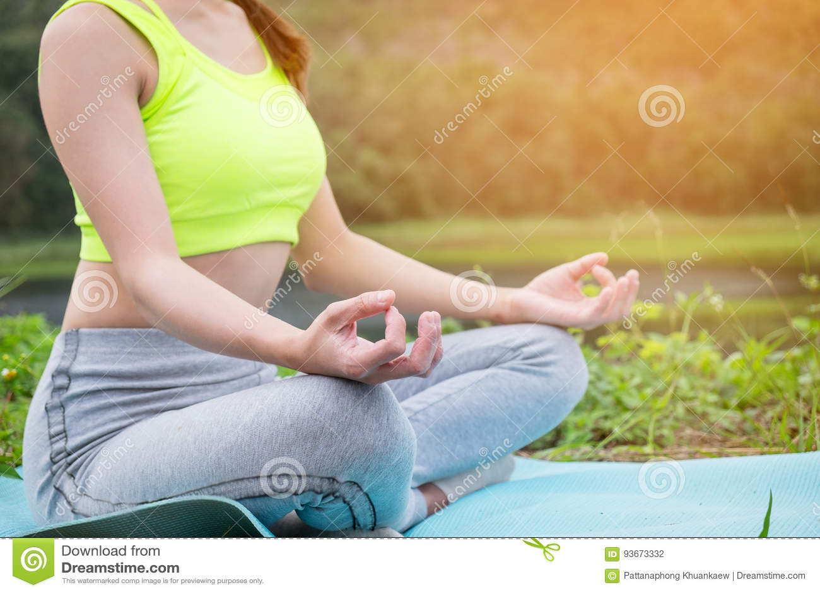 Praktiserande yoga för ung konditionkvinna på fältet, sund mest lifest