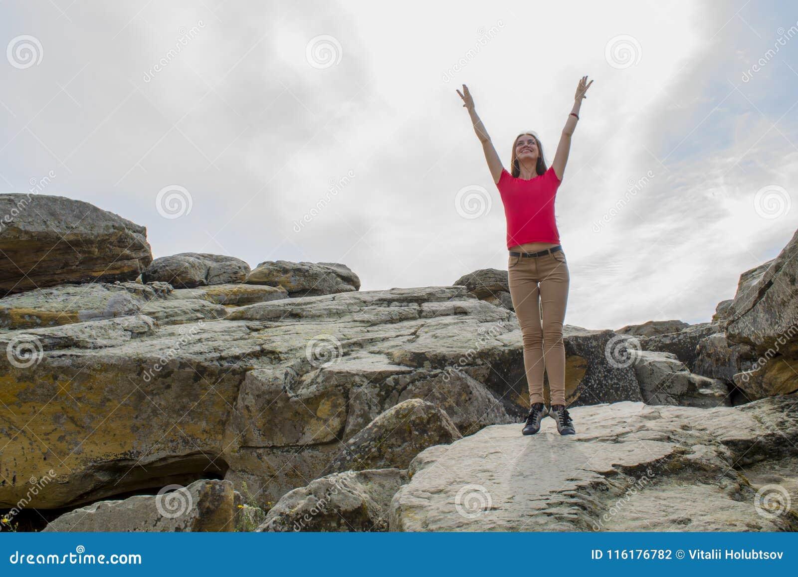Praktiserande yoga för ung kvinna i bergen