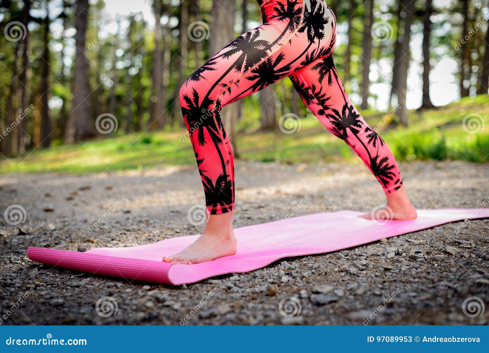 Praktiserande yoga för ung kvinna i ett skogMindfulnessbegrepp Meditationen kopplar av, meningen och kroppen