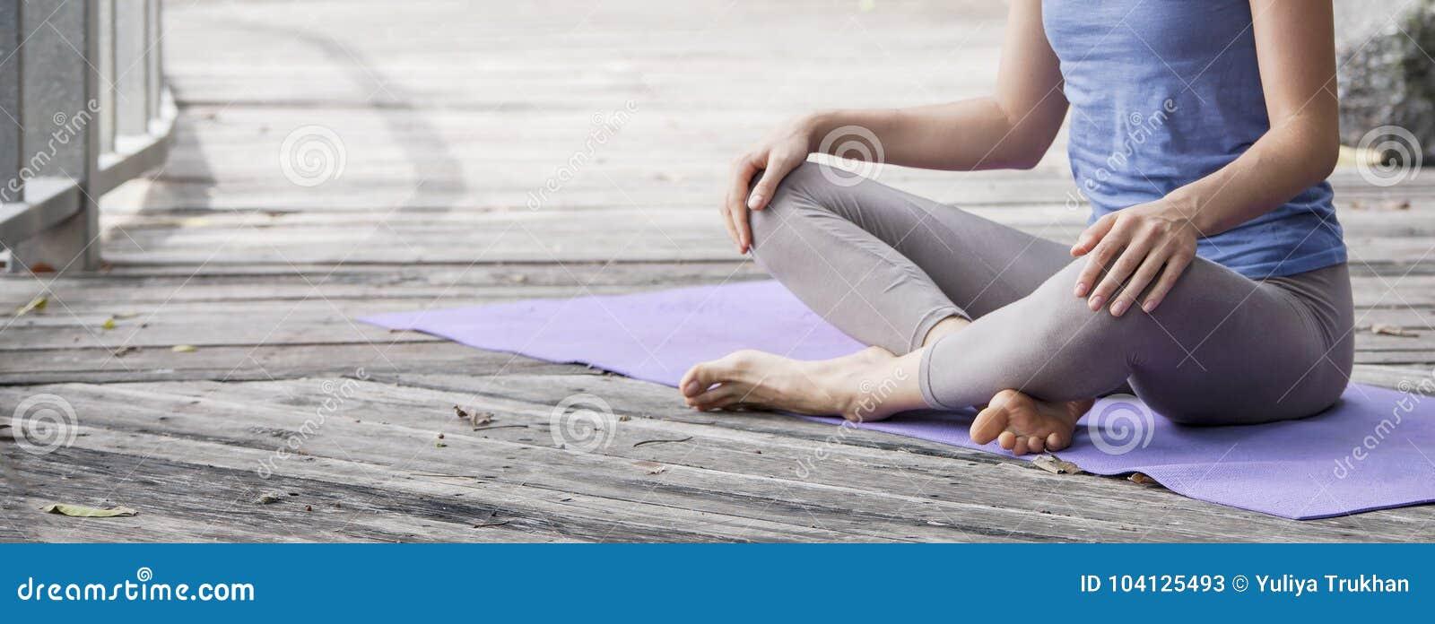 Praktiserande yoga för ung kvinna under yogareträtt i Asien, Bali, meditation, avkoppling i övergiven tempel
