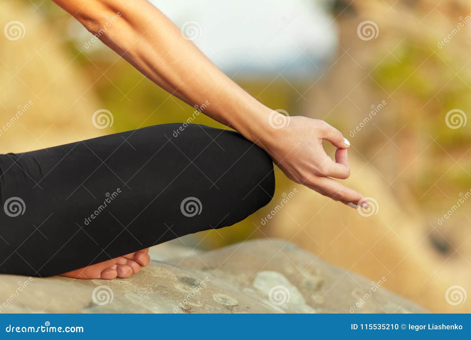 Praktiserande yoga för ung kvinna utomhus