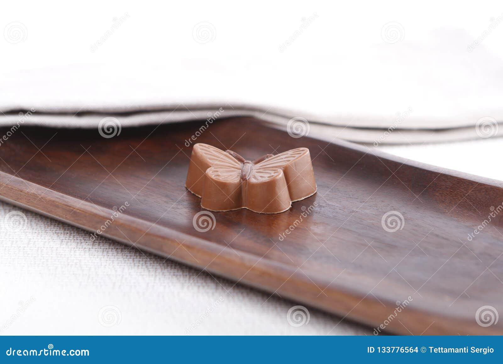 Pralina su un bordo di legno