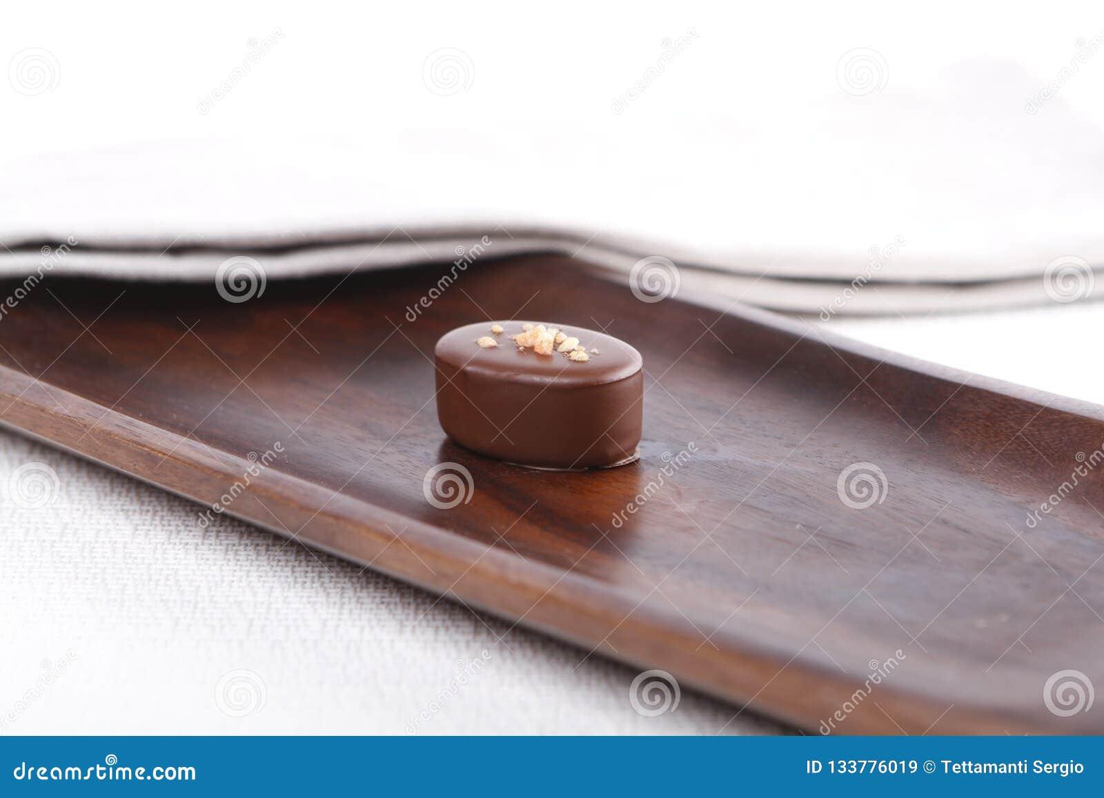 Praline auf einem hölzernen Brett